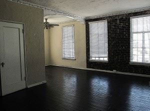 800px-Empty_apartment_living_room