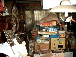 1200px-Compulsive_hoarding_Apartment