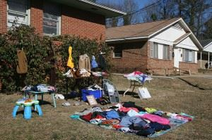 800px-2011-02-12_Yard_sale_on_Green_St_1