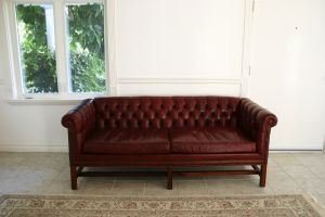 red-couch-1084562-m